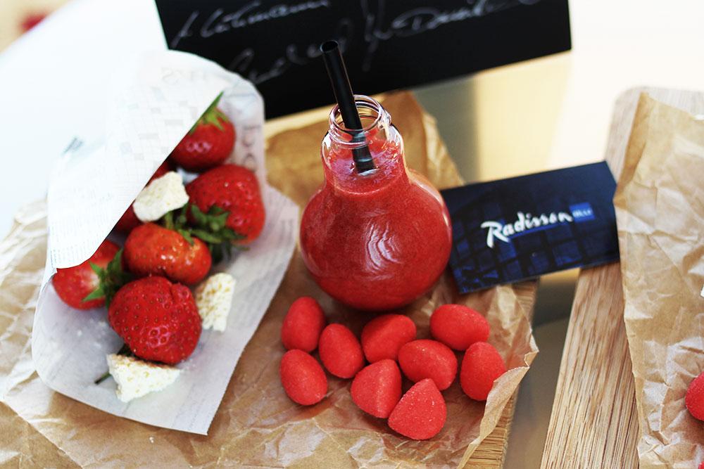 Radisson-Blu-Rostock-Begruessung-Erdbeeren