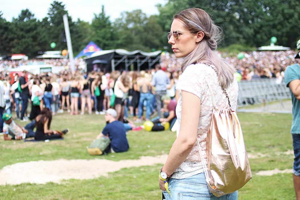 festival-outfit-gymbag-portrait
