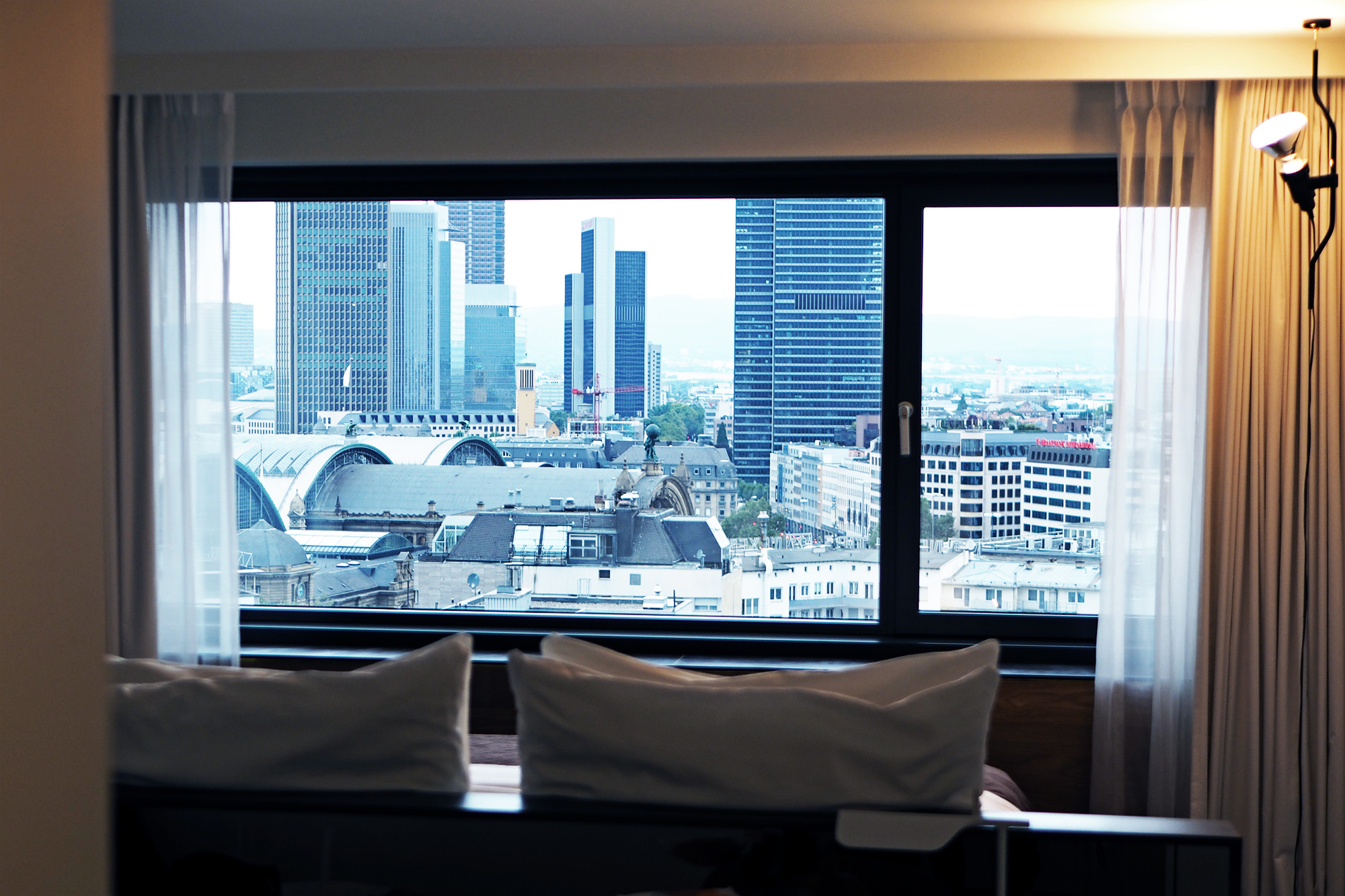 wyndham grand hotel skyline aussicht frankfurt city. Black Bedroom Furniture Sets. Home Design Ideas