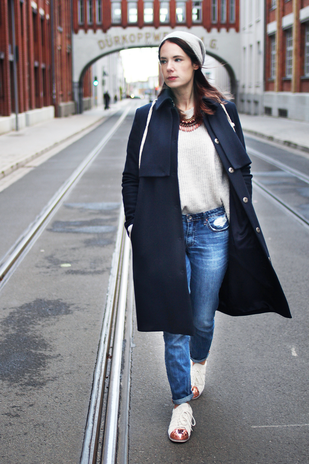 herbstoutfit-mit-jeans-und-mantel-sneakers