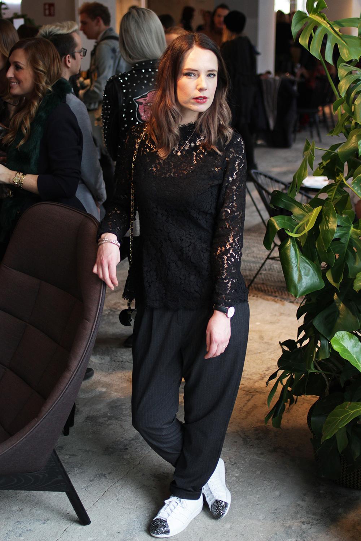 Fashion Week Outfit mit Spitze, Sneakers und Nadelstreifenhose