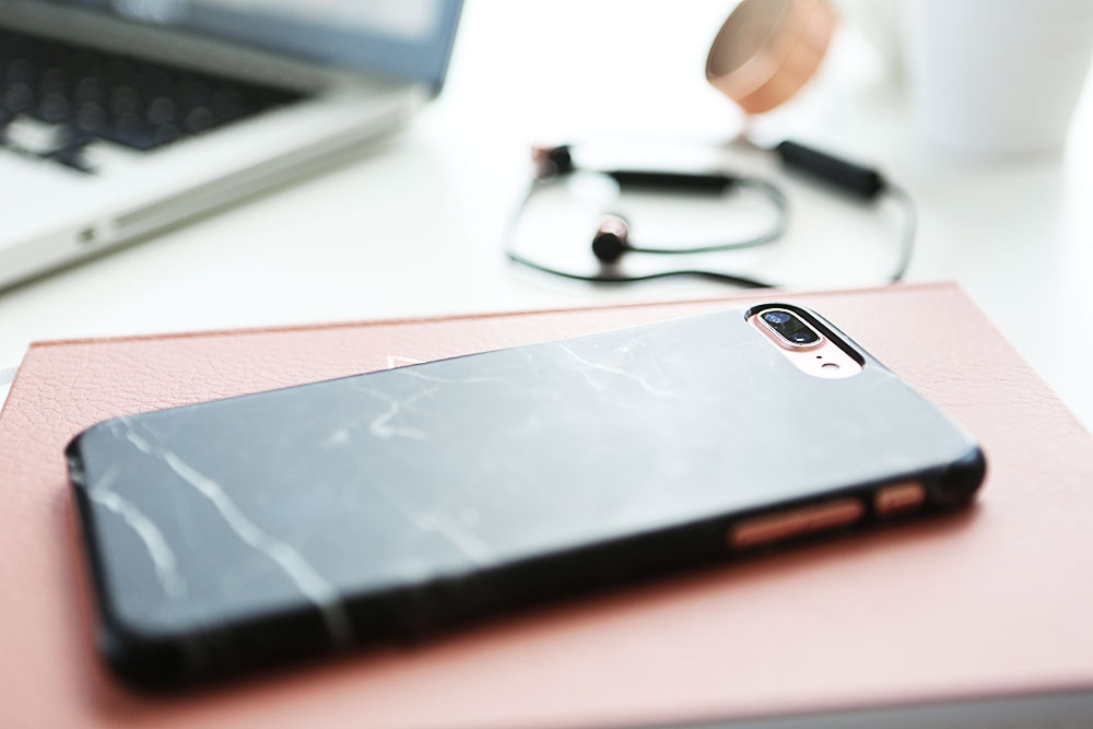Blogger Equipment iPhone7+ schwarze Marmorhülle
