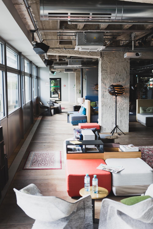 Lounge und Arbeitsbereich 25hours Hotel Bikini Berlin