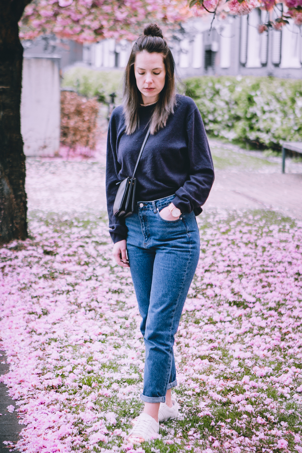 Momjeans mit kurzem Pullover, Mom Jeans Outfit