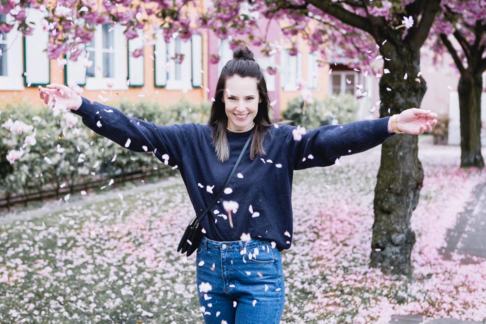 Mom Jeans Frühlingslook mit Kaschmirpullover