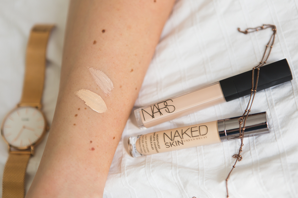 Swatch Mars Radiant Creamy Concealer Vanilla neben Urban Decay Naked Light