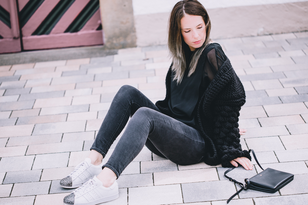 All Black Outfit Rosegold and Marble, weiße Adidas Sneakers, Celine Triobag