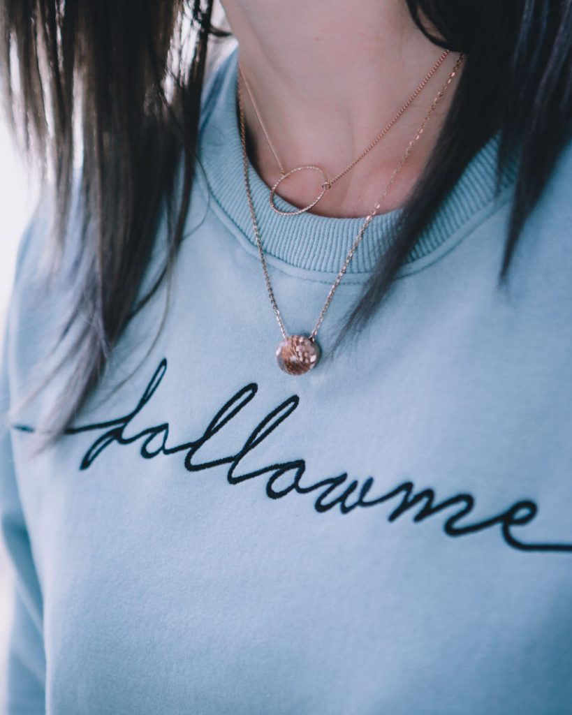 Statement Sweater, rosegoldener Schmuck, Instagram