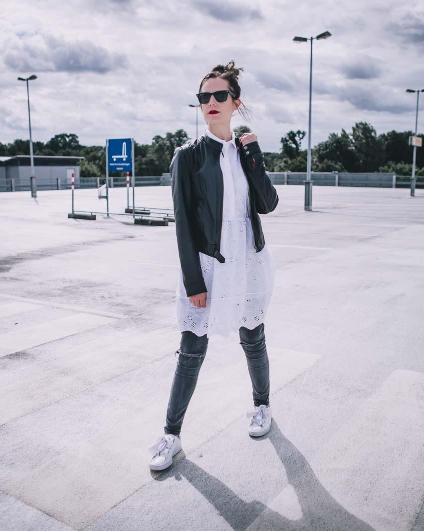 Weißes Sommerkleid herbstlich mit Lederjacke, Jeans und Sneakers