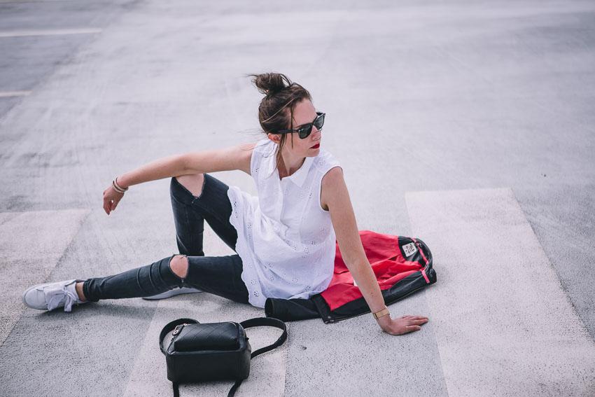 Weißes Sommerkleid mit ripped Jeans, Lederjacke und Sneakers