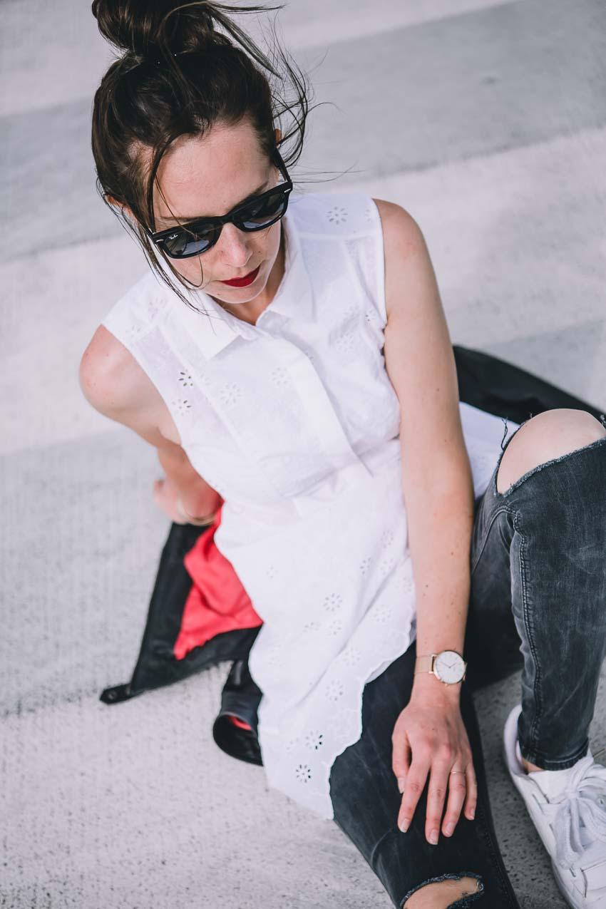Weißes Sommerkleid mit Lochmuster, Spitze und abgerundetem Saum