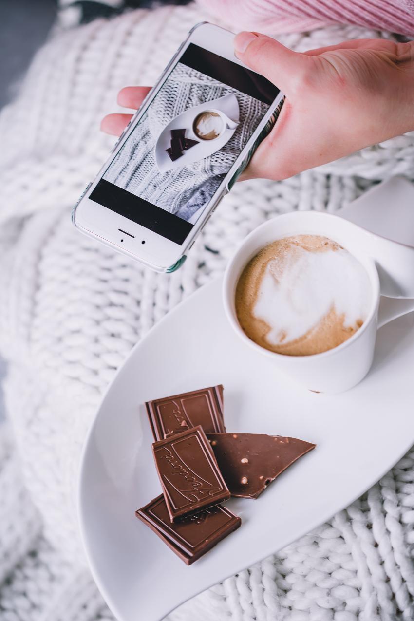 Fedora Sweet Dreams Flatlay mit Kaffee