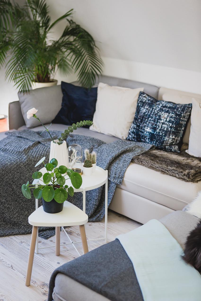 Wohnzimmer gemütlich dekorieren mit Kissen und Wolldecken