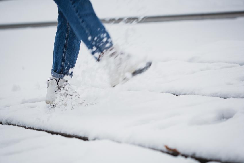 Winteroutfit mit Jeans und Sneakers