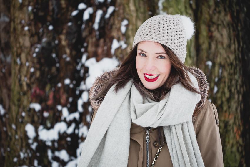 Winteroutfit mit Mütze und roten Lippen
