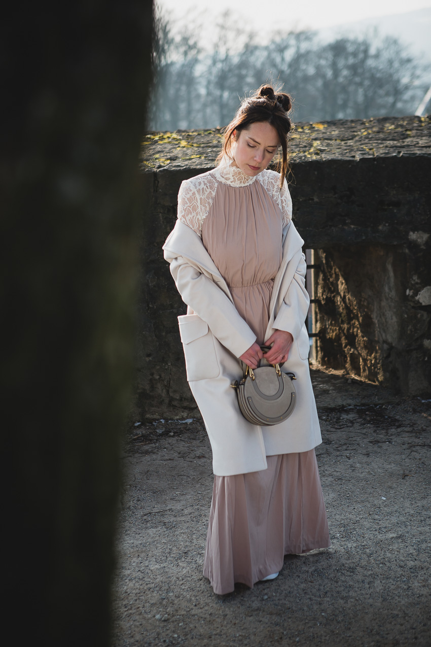 hellen Mantel kombinieren: Styling Ideen mit hellem Mantel und Kleid