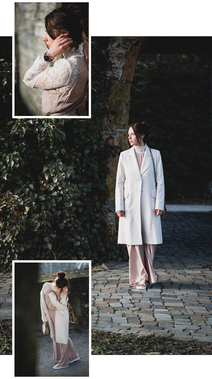 langes Kleid mit Spitzenbluse und hellem Mantel kombinieren