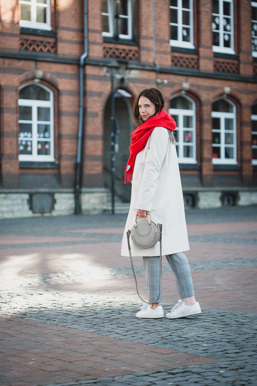 Hellen Mantel mit rotem Schal kombinieren, dazu Chloe Pixie Bag und Karosse