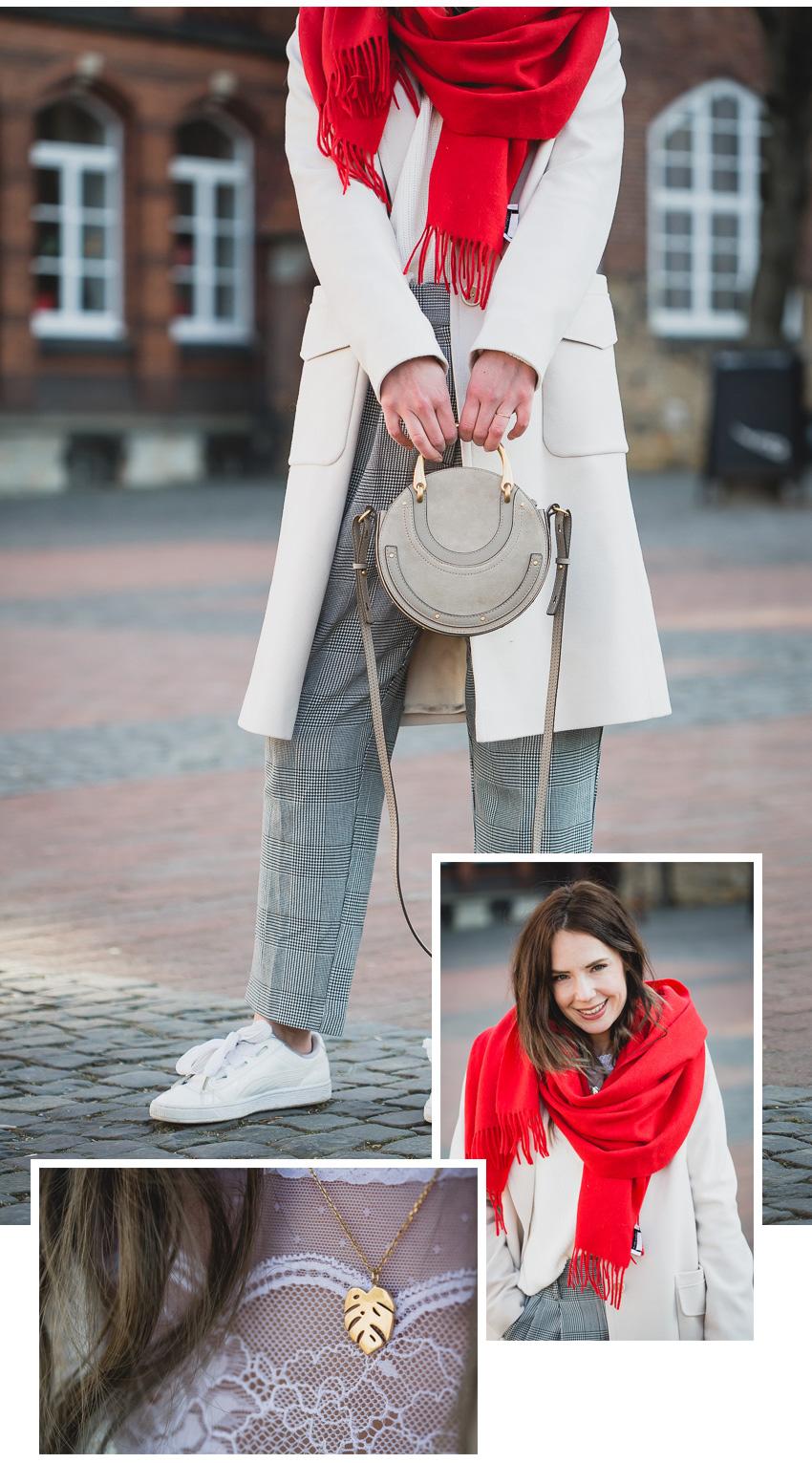 roter Schal mit hellem Mantel kombinieren