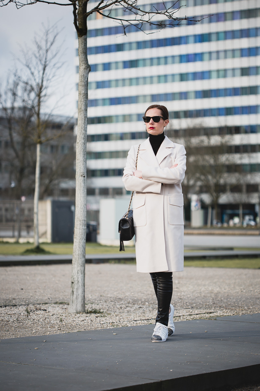 Business Look: Allblack und heller Wollmantel