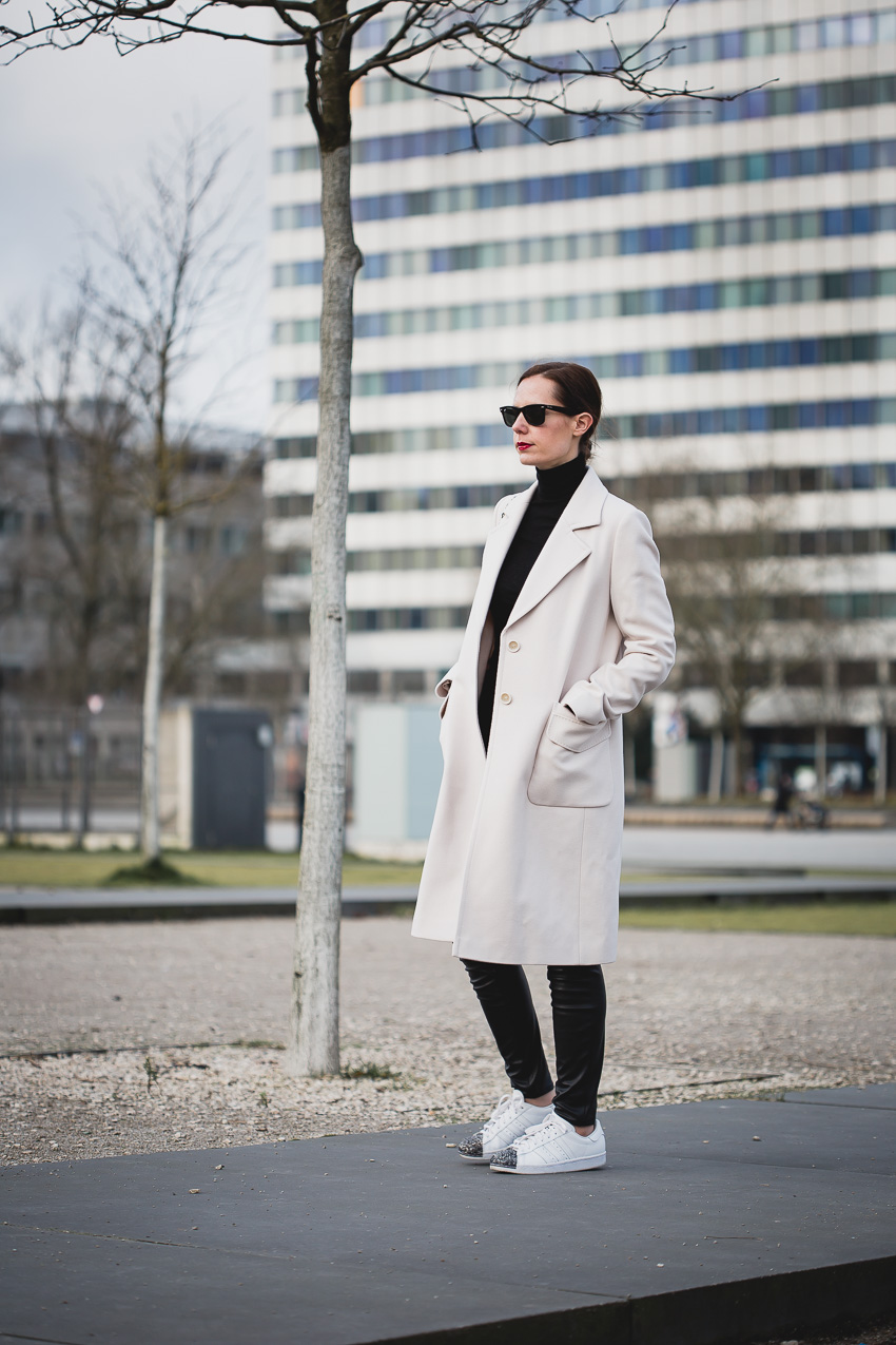 Business Outfit mit Sneakers und Wollmantel