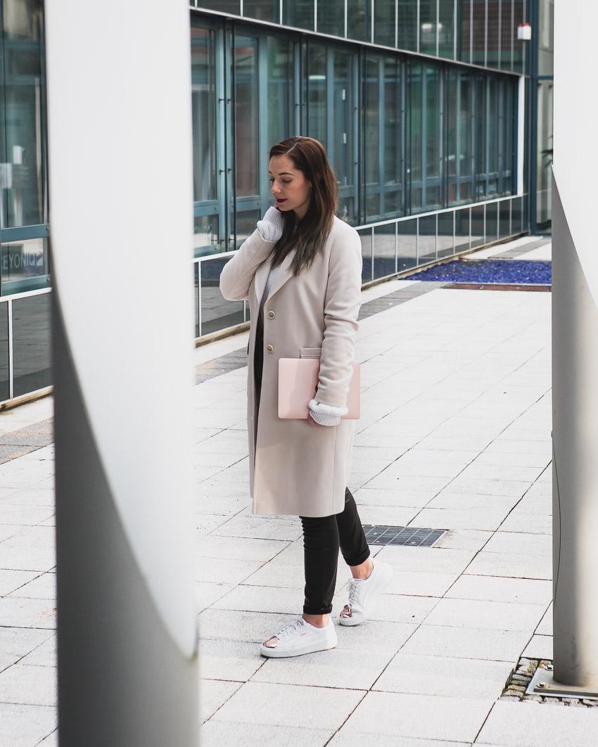 Weißen Pullover mit Lederhose und hellem Mantel kombinieren