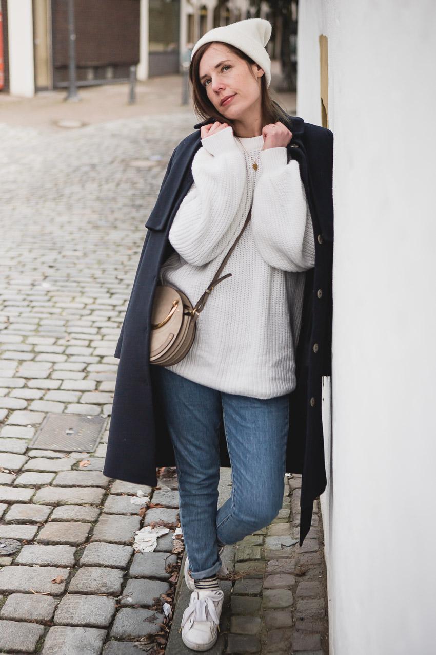 Weißen Pullover mit Jeans und Sneakers kombinieren: Casual Look
