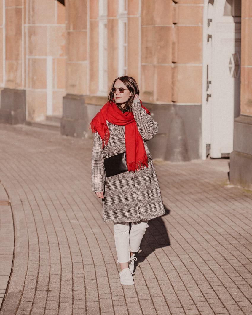 Roten Schal kombinieren: so stylst du einen Karomantel