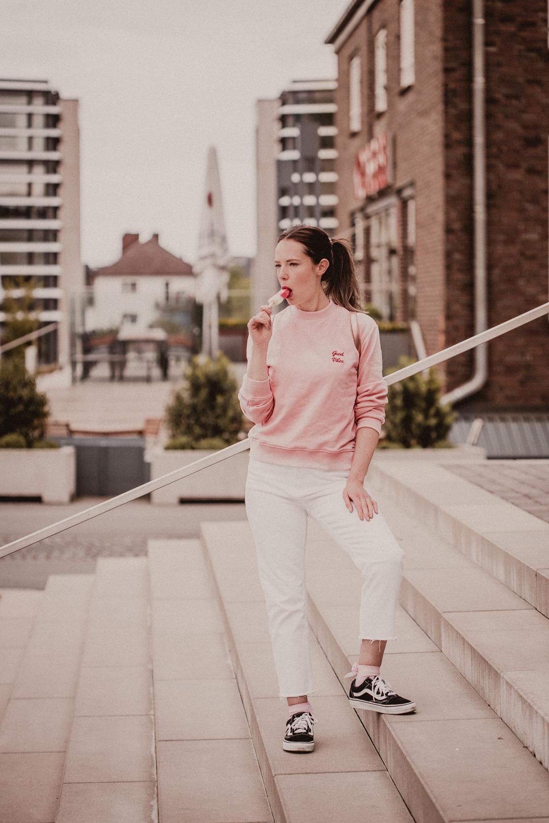 Weiße Jeans und Vans: Blogger Style
