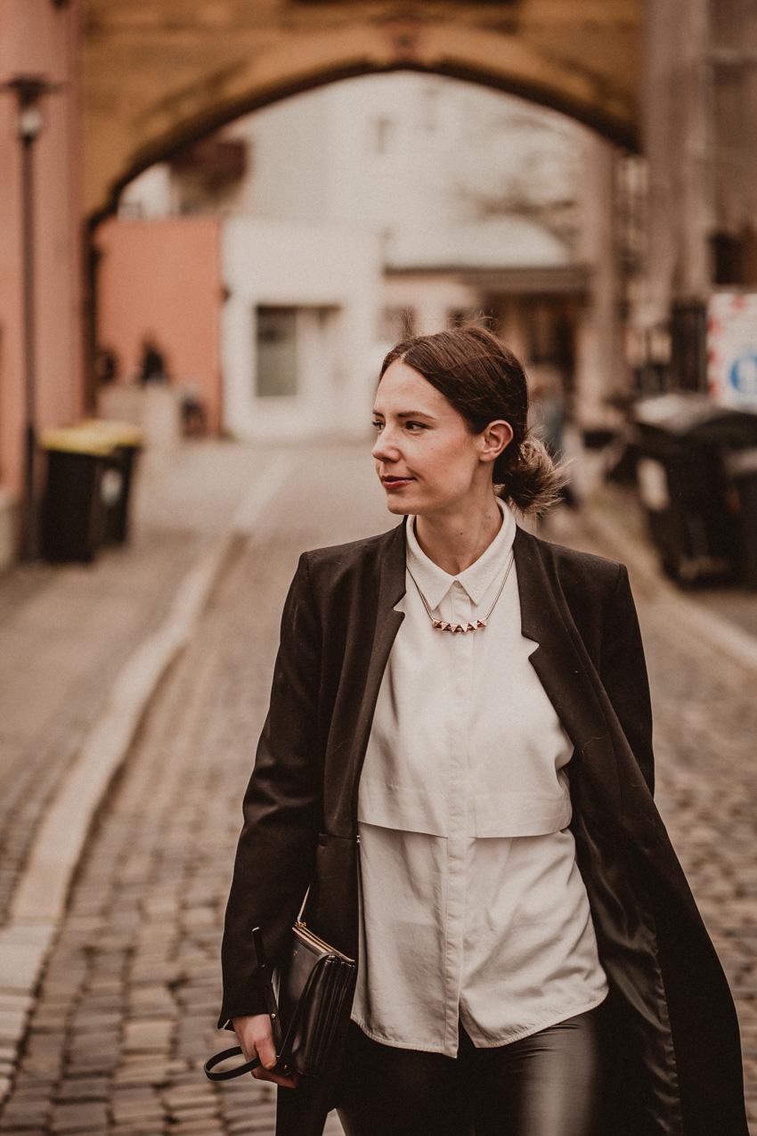 Outfit mit weißer Bluse und schwarzem Blazer - Modeblog aus Bielefeld
