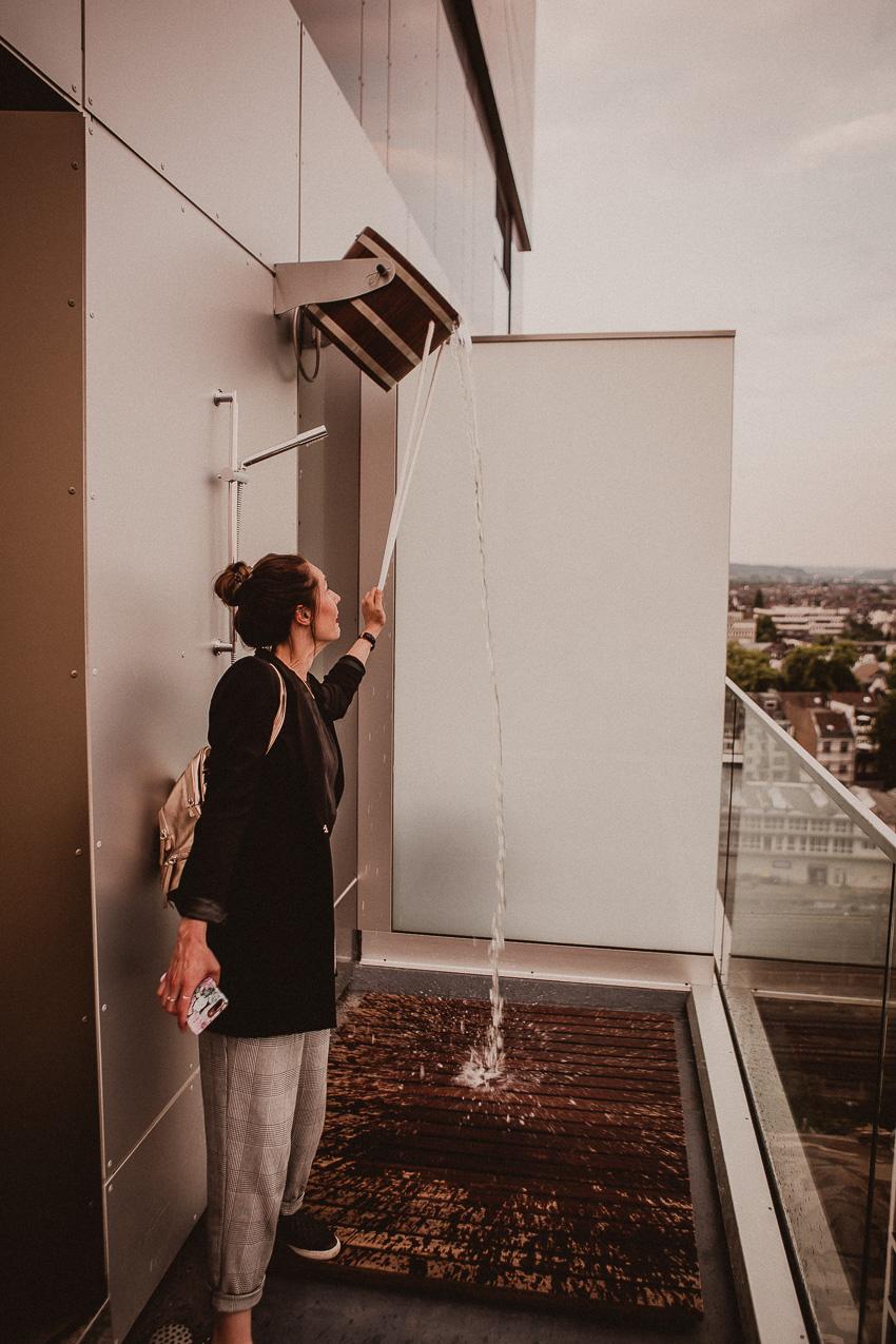 Schwalldusche mit Aussicht auf die Düsseldorfer Skyline