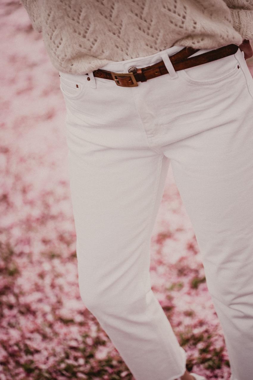 Weißes Jeans mit Cognac kombinieren Outfit und Styling Tipps