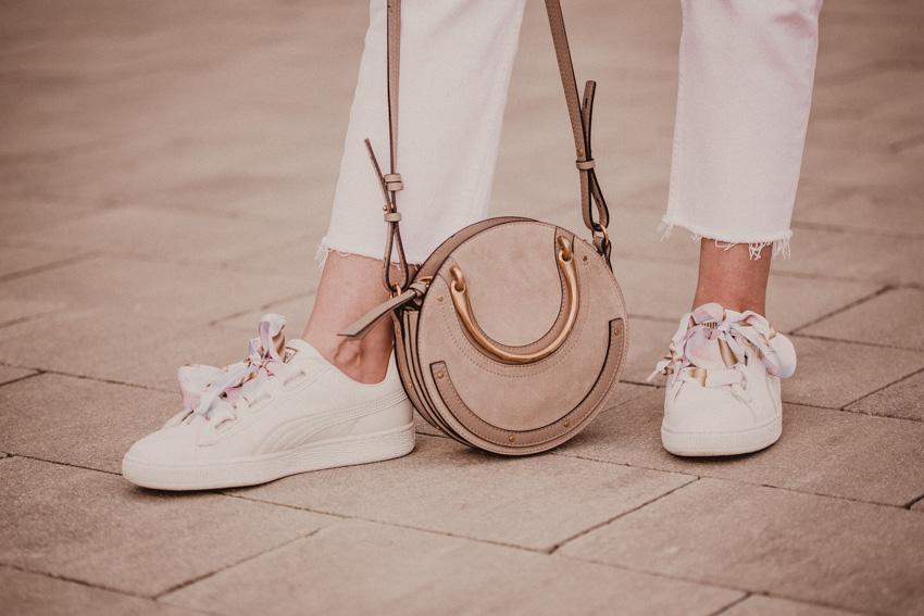 weiße Jeans mit Sneaker kombinieren