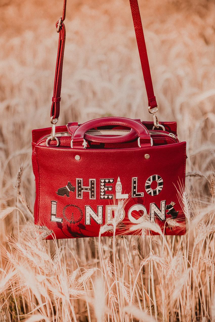 b303ca12cb792 Rote Handtasche kombinieren  Stylingideen für eine rote Tasche ...